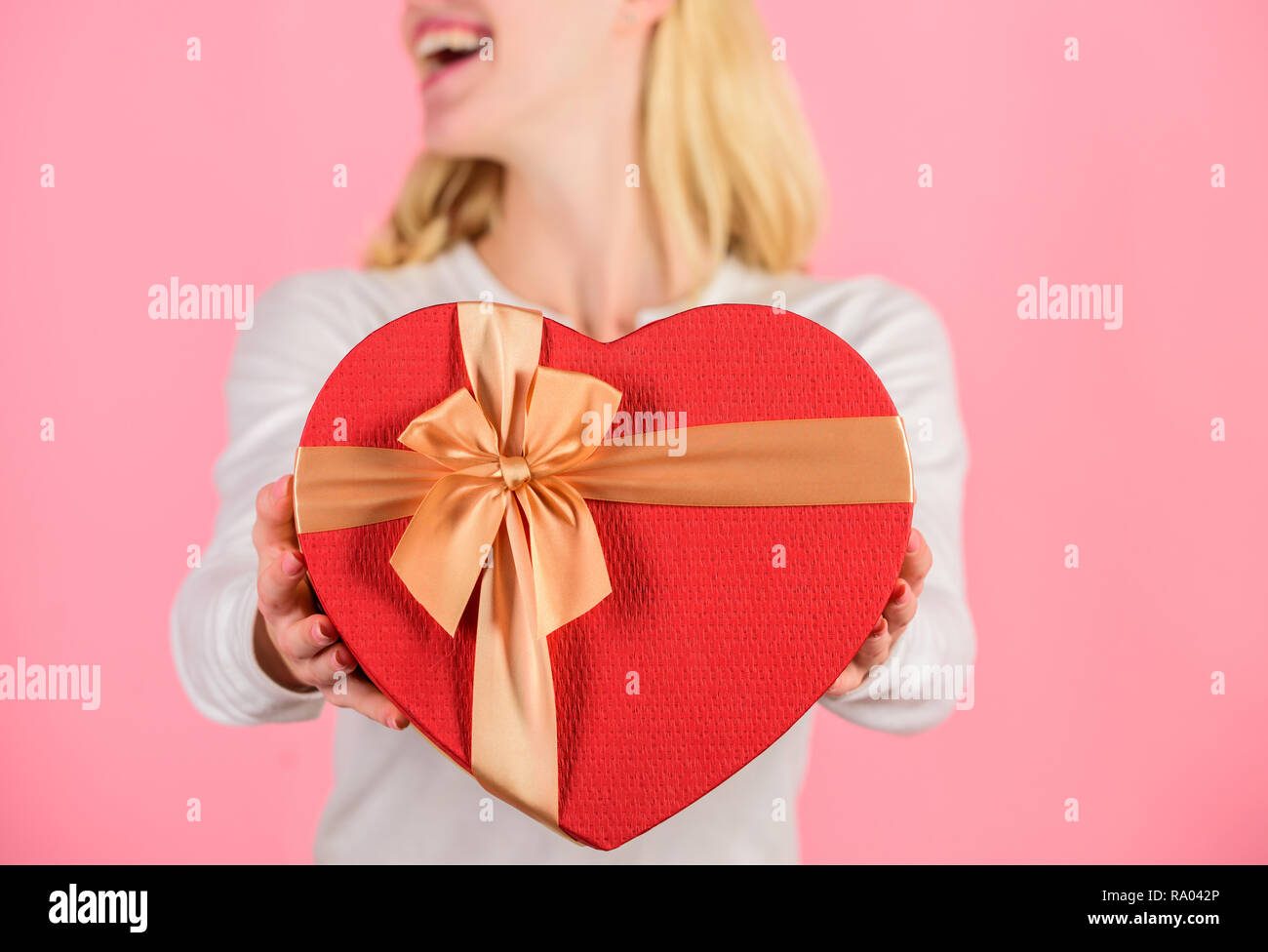 Preparato qualcosa di speciale per lui. Ella persona romantica. Regalo di San Valentino per il mio ragazzo. Trovare un regalo speciale per il mio ragazzo fidanzato o il marito. Romantica sorpresa per lui. Mani femminili in attesa di confezione regalo. Immagini Stock
