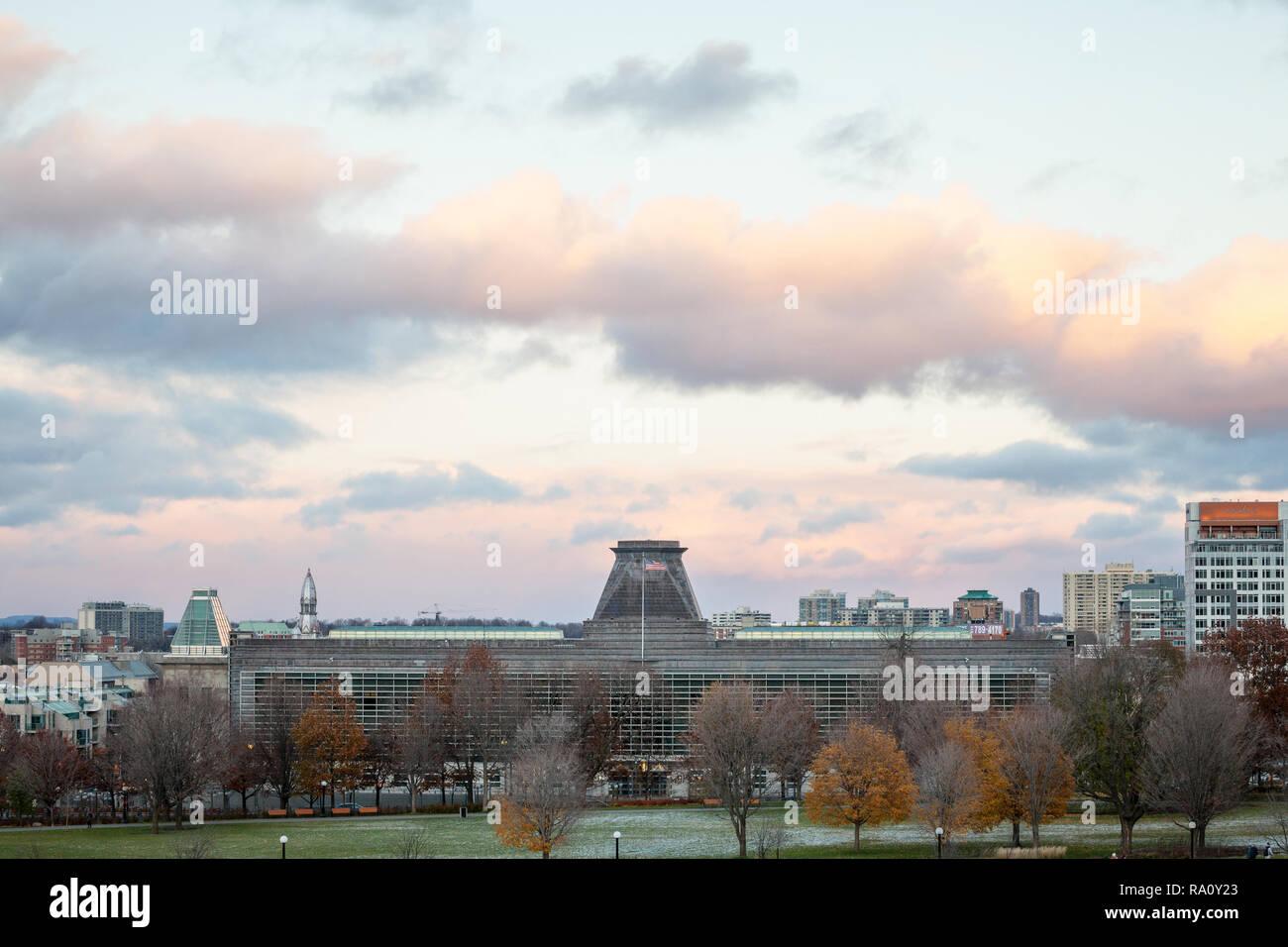 OTTAWA, Canada - 10 novembre 2018: bandiera americana rinuncia oltre gli Stati Uniti d'America ambasciata a Ottawa, un simbolo delle relazioni diplomatiche essere Immagini Stock