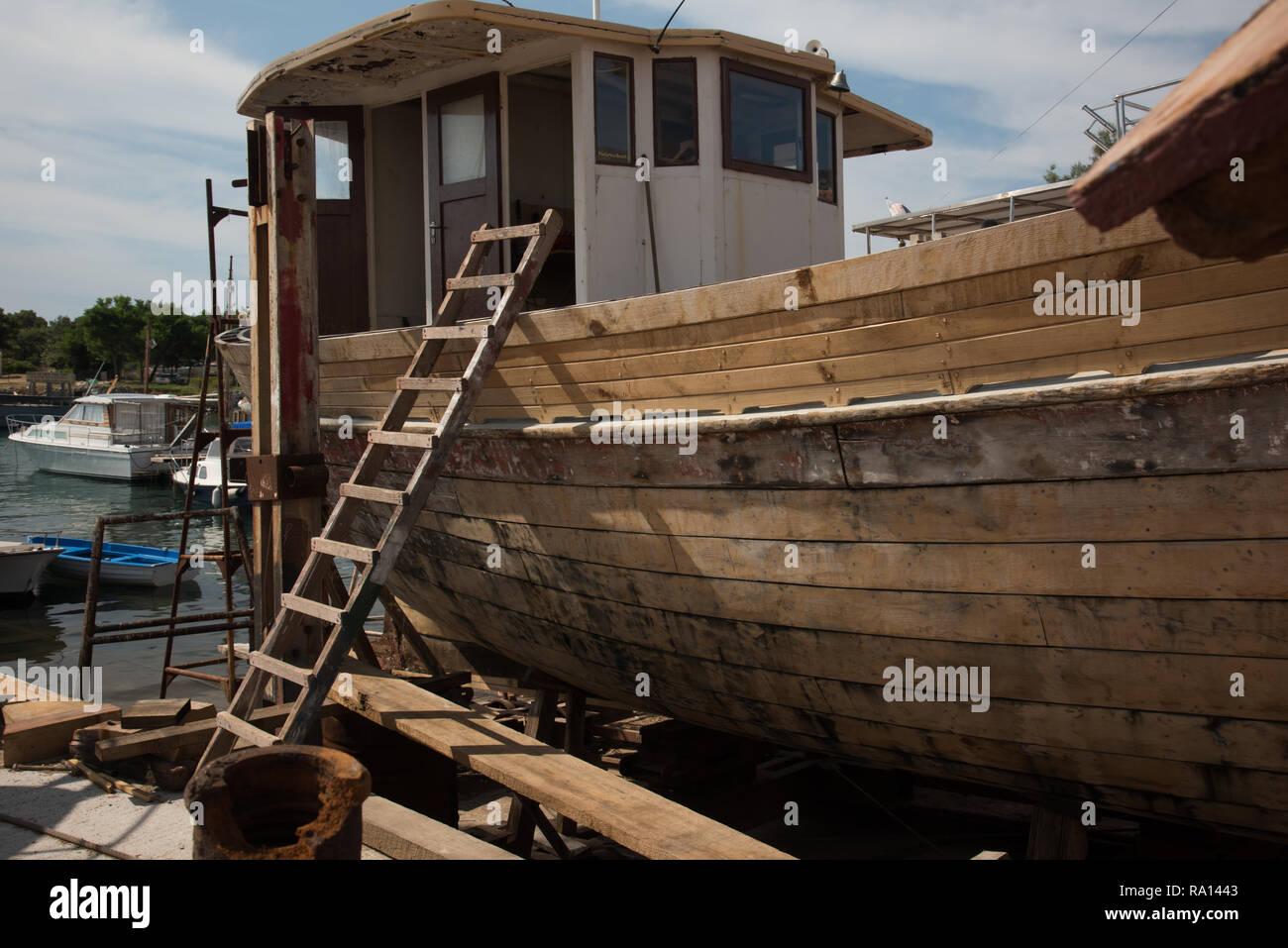 Una vecchia barca di riparazione Immagini Stock