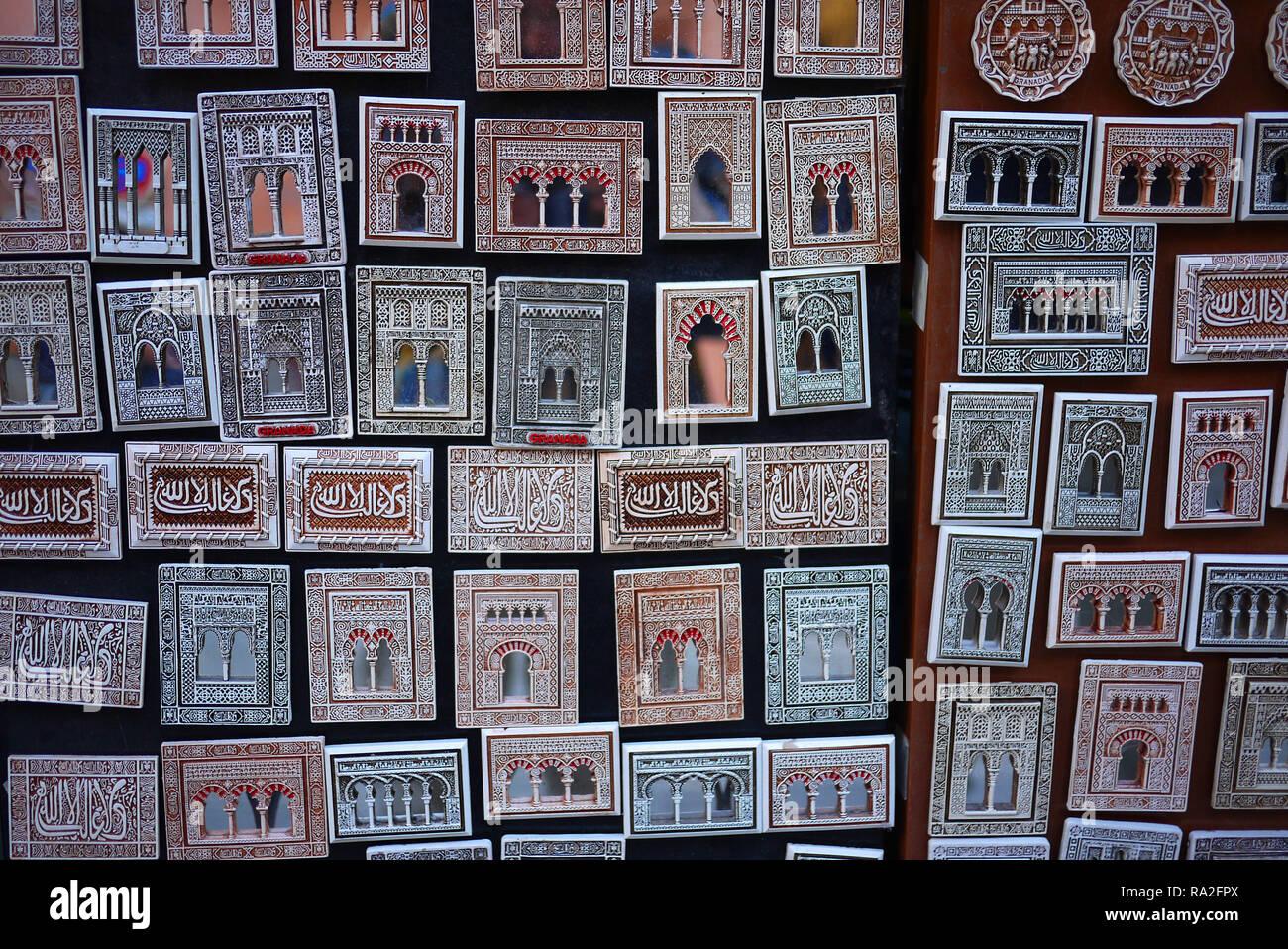 Alhambra souvenir magneti per il frigo in vendita a Granada, Spagna. Immagini Stock