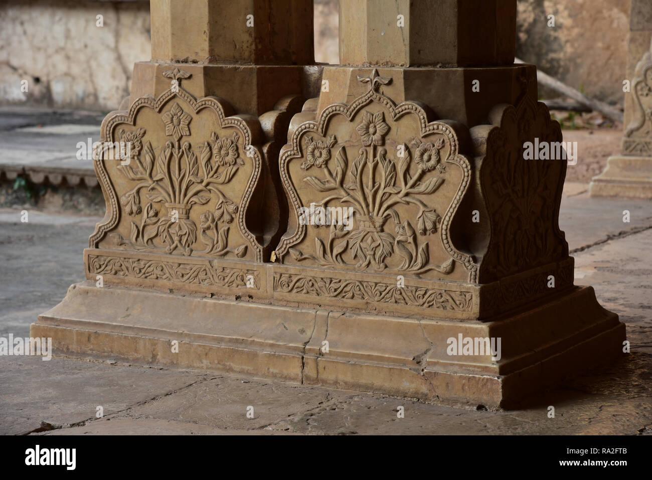 Rajput-stile floreale intagliato basi dei pilastri di pietra trovata in tutto il meraviglioso Palazzo Garh, Bundi, Rajasthan, stato dell India occidentale, in Asia. Immagini Stock