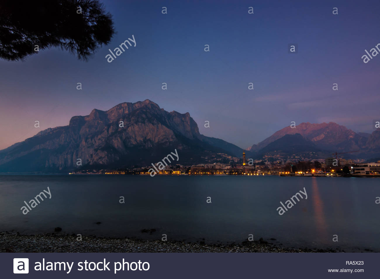 Gennaio, 01 - 2019   Città di Lecco by night   Lombardia - Italia Immagini Stock