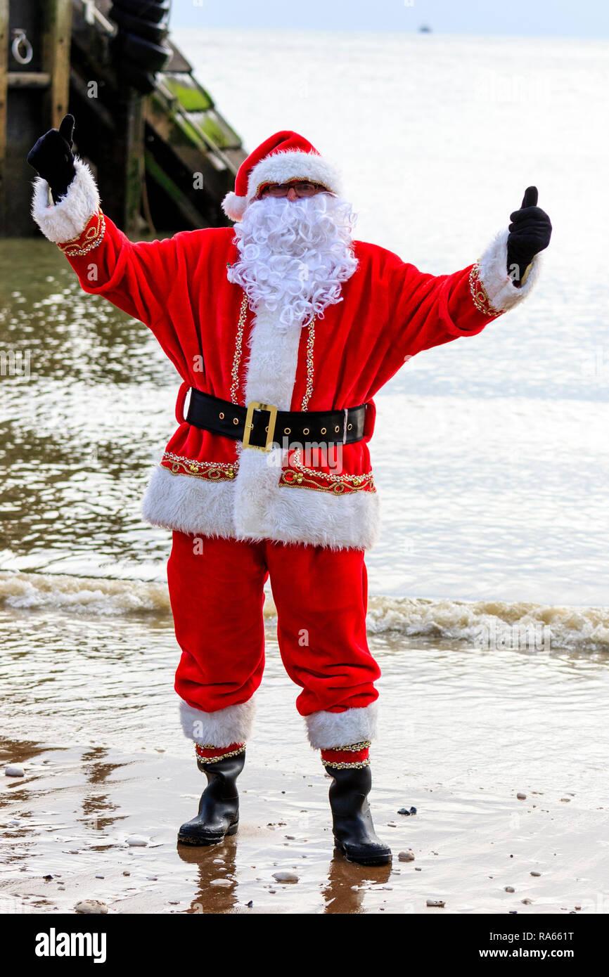 Il Vestito Nuovo Di Babbo Natale.Maschio Maturo Vestiti Da Babbo Natale In Piedi In Mare Per Il Tradizionale Nuovo Anno Giorno