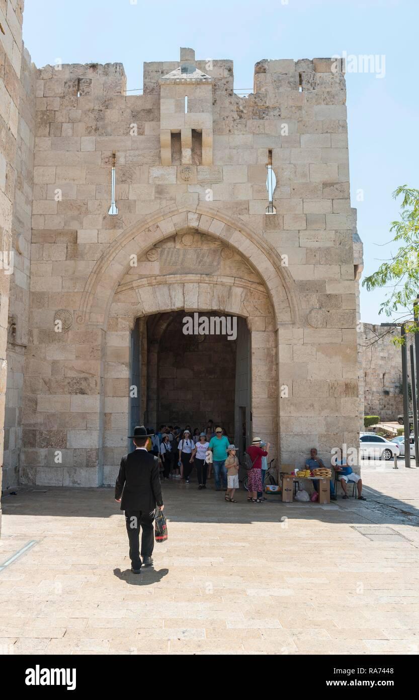 L uomo con i tradizionali abiti ebraico di fronte alla parete della città f77aea48de4