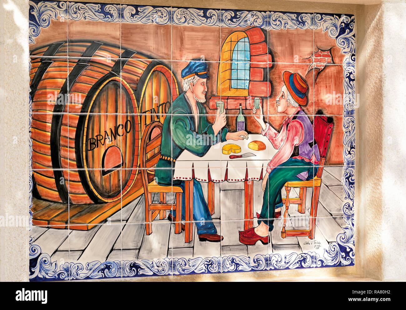 Verniciato colorato immagine di piastrella con 2 uomini di bere vino in taverna rustica Immagini Stock