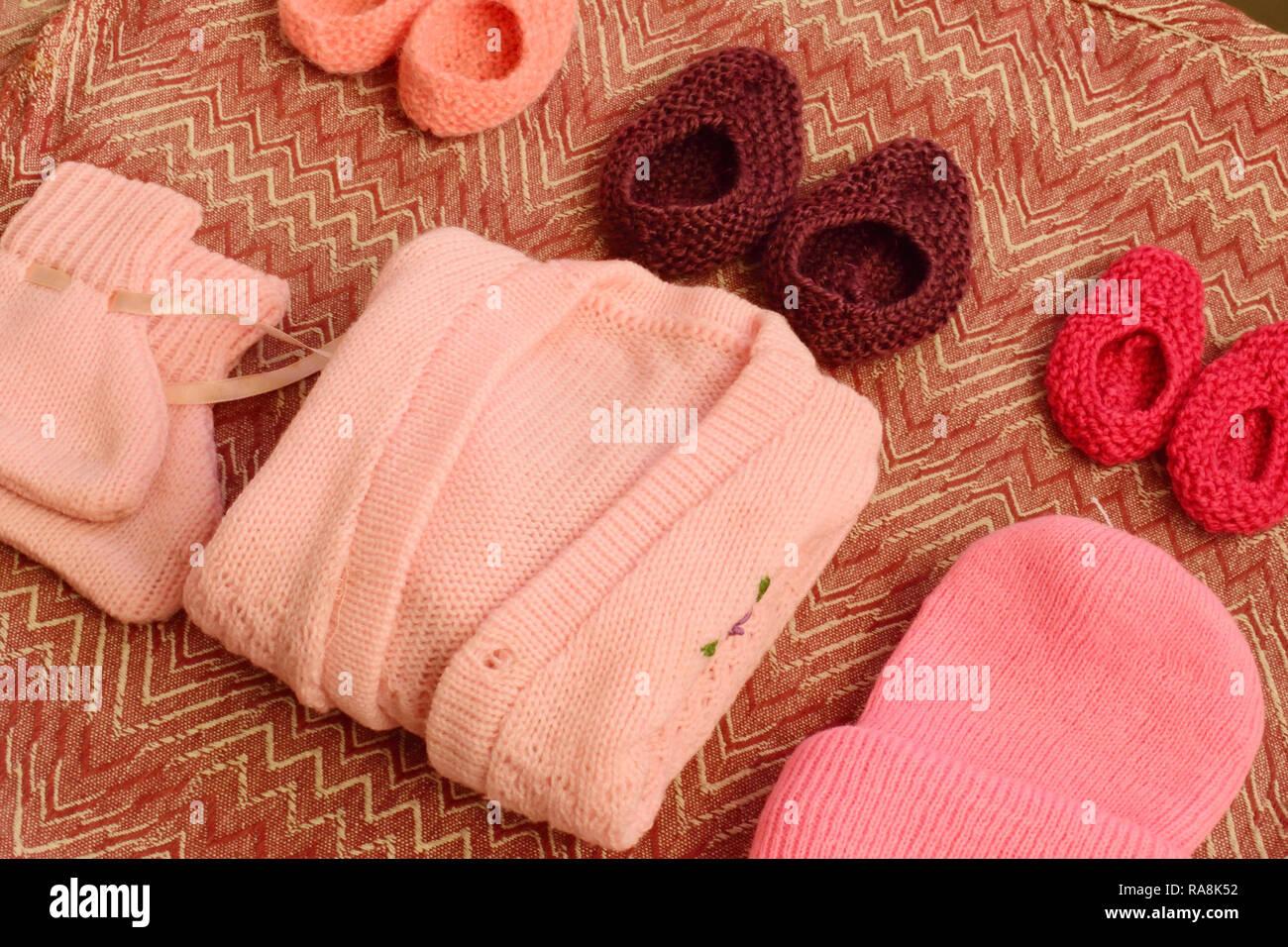 40adf748fbaa Carino di lana per maglieria bambino vestito con scarpe e calze e Berretto  in maglia Immagini