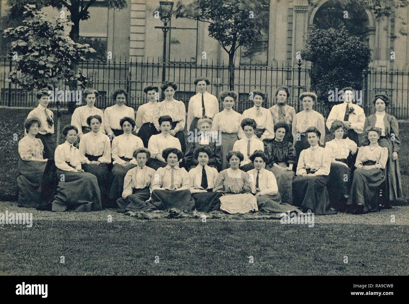 Archivio Storico di immagine, un gruppo di giovani donne, Edimburgo, Scozia, c1910s Immagini Stock