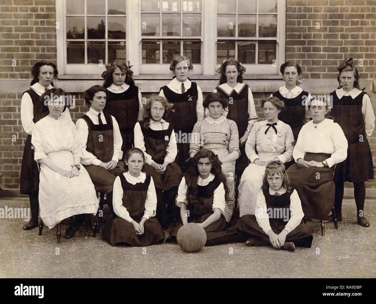 Archivio Storico di immagine della ragazza della scuola c1910s Immagini Stock