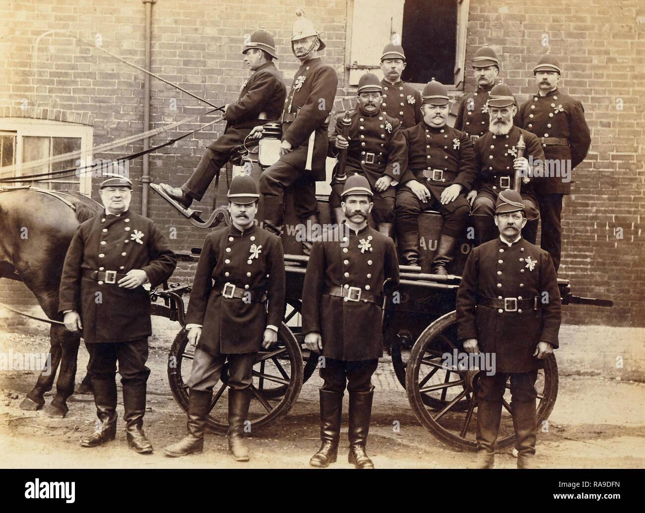 Archivio Storico di immagine di vigili del fuoco con a cavallo il fire appliance. Vigili del Fuoco. c1900 Immagini Stock