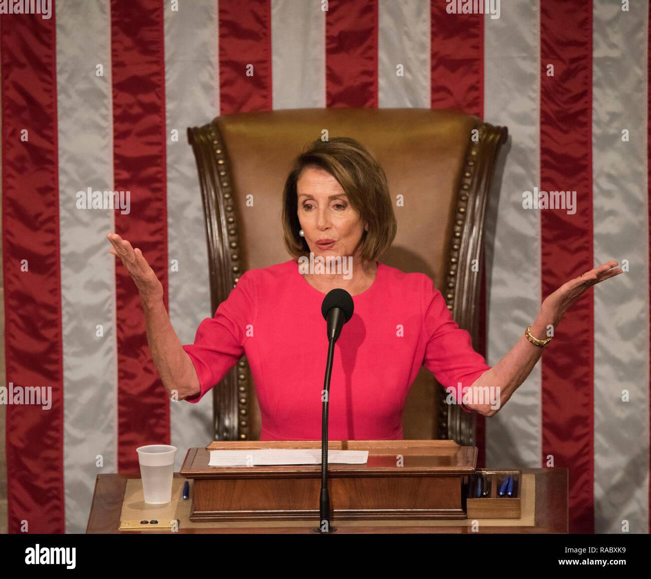 Washington DC, Stati Uniti d'America. 3 gennaio, 2019. Nancy Pelosi, D-CA diventa l'altoparlante della casa dopo aver vinto i voti durante le sessioni di apertura del Congresso 116. Credito: Patsy Lynch/Alamy Live News Immagini Stock