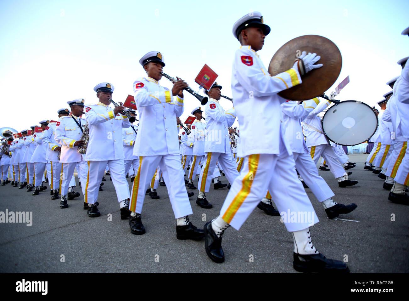 No Gen. Pyi Taw. 4 gennaio, 2019. Una banda militare esegue durante una cerimonia per celebrare il 71esimo anniversario del Myanmar di indipendenza in Nay Gen. Pyi Taw gen. 4, 2019. Credito: U Aung/Xinhua/Alamy Live News Immagini Stock