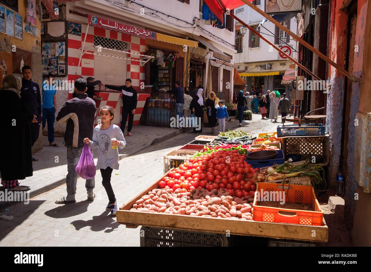 Marocco: Casablanca. Scena di strada, nella vecchia medina. Bancarelle di verdure e negozi. *** Caption locale *** Immagini Stock