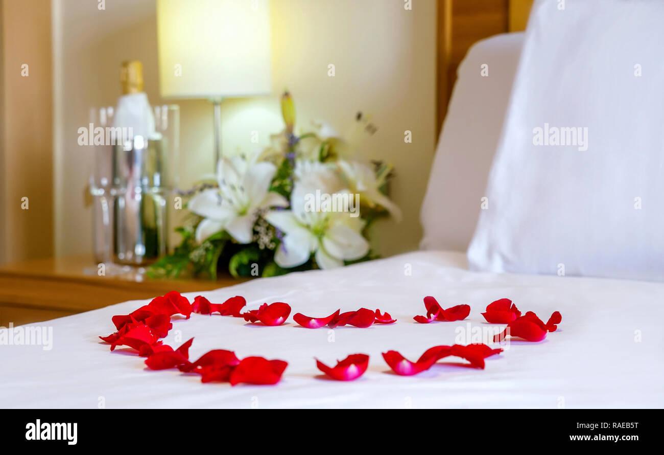 Camere Da Letto Romantiche Con Petali Di Rosa : Close up letto luna di miele con focus sul cuore a forma di