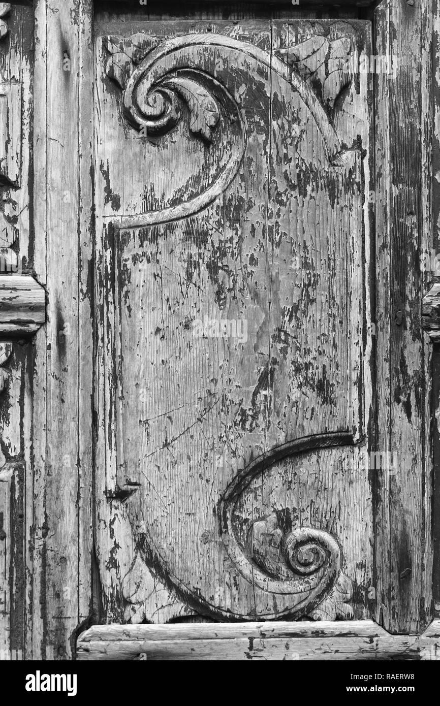 f5798a6e76b Vista ingrandita dell'elemento decorativo su una vecchia vintage porta di  legno. Verticale in