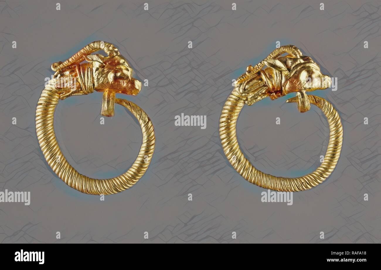 Orecchini, Alessandria, Egitto, 220 - 100 B.C, oro, 2,2 cm (7,8 in.). Reinventato da Gibon. Arte Classica con un moderno reinventato Immagini Stock