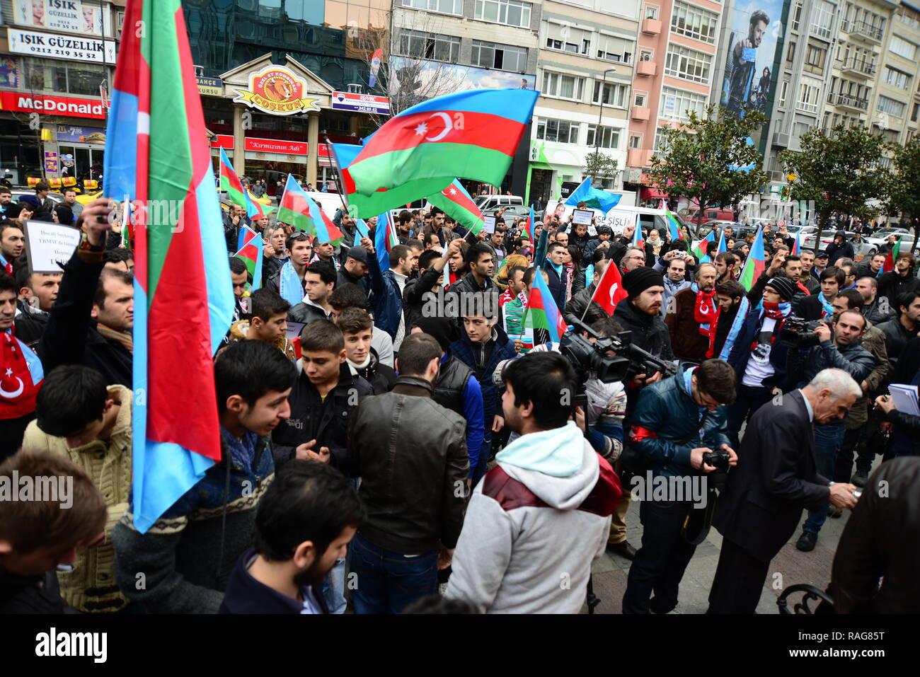 Febbraio 23,2014 Istanbul Turchia.i manifestanti sono in Piazza Taksim protestando Khojaly tragedia che è accaduto nei confronti di turchi in Azerbaigian da Armen Immagini Stock