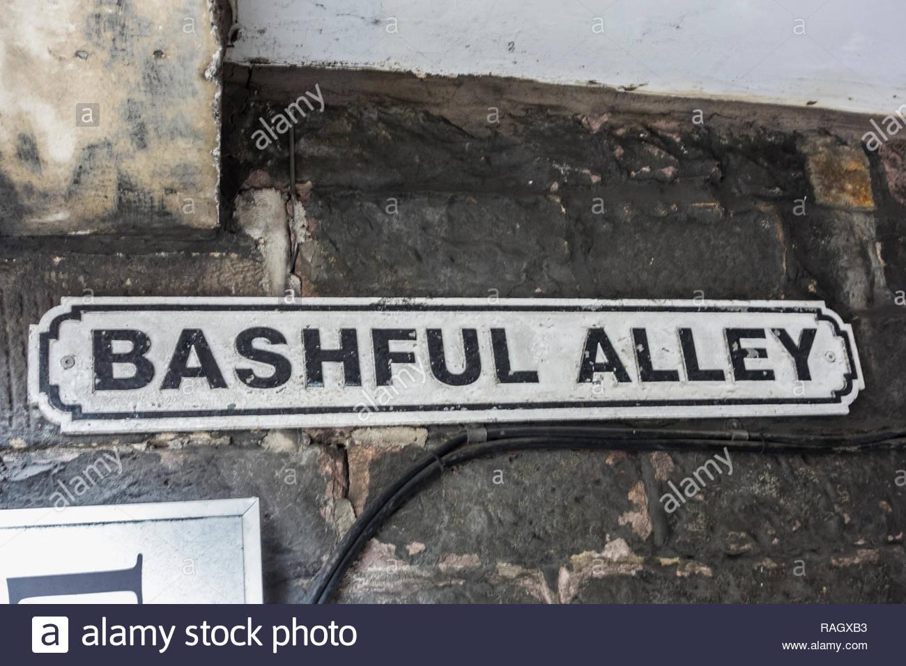Un cartello stradale per schivo vicolo, una stretta viuzza / viale tra King Street e Market Street in Lancaster, Lancashire, Inghilterra, Regno Unito Immagini Stock