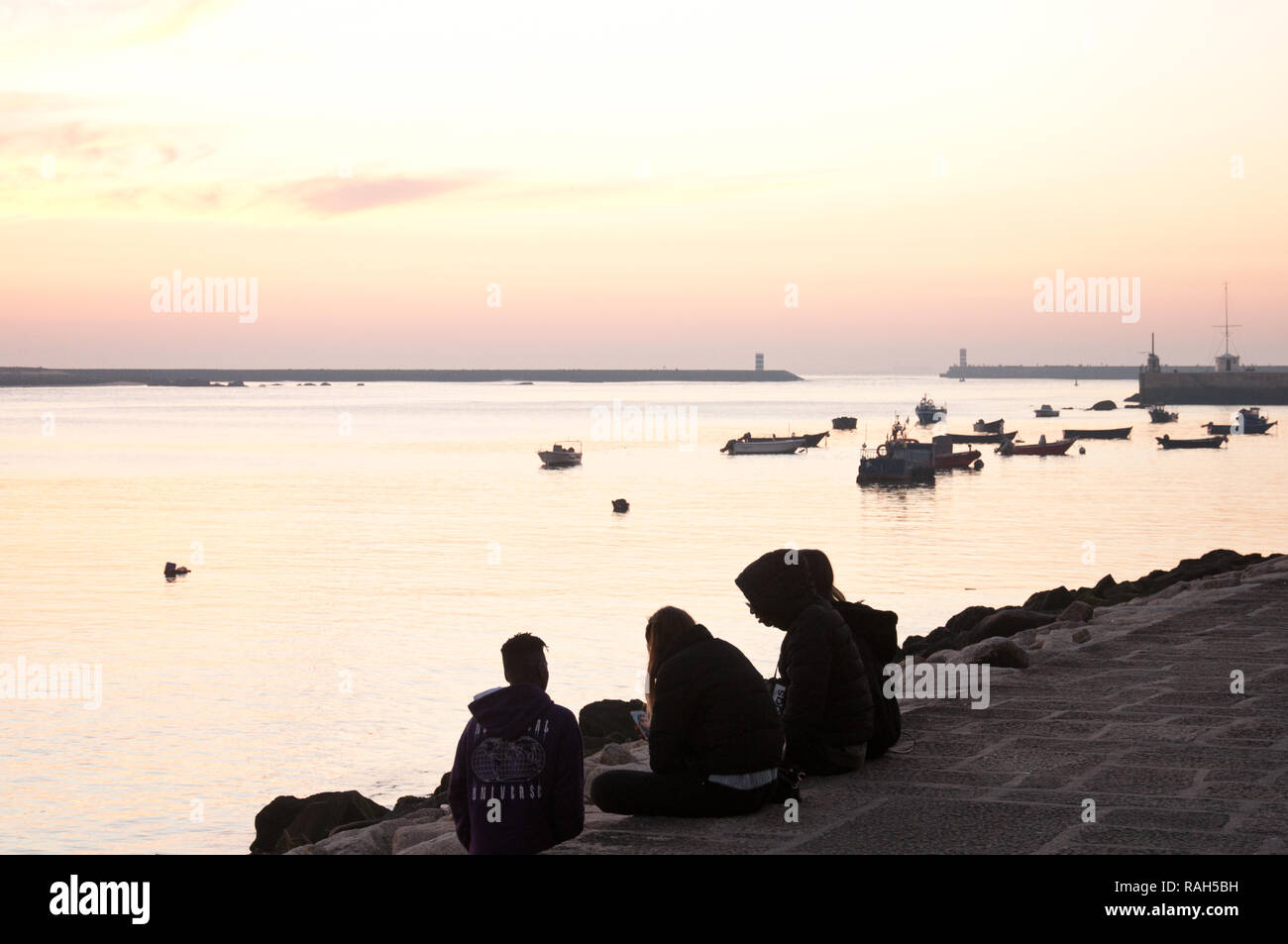 Un gruppo di giovani che si vede sulle rive del fiume Douro a Porto, Portogallo Immagini Stock