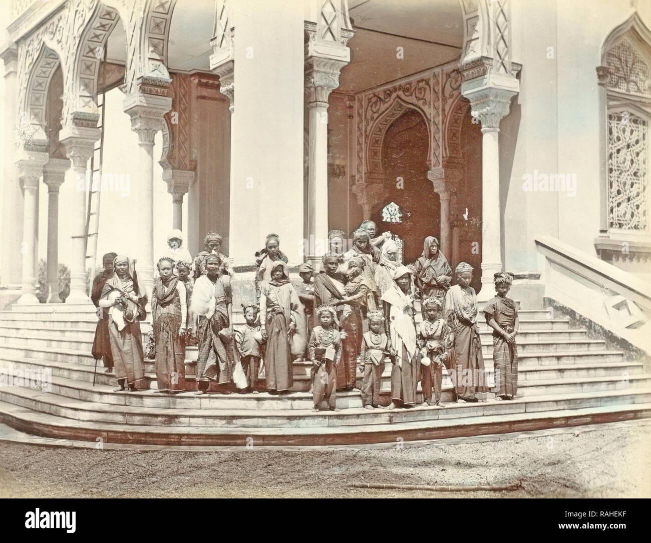 Ritratto di gruppo delle donne indiane e bambini sui gradini della grande moschea di Banda Aceh, Indonesia, anonimo, c reinventato Immagini Stock