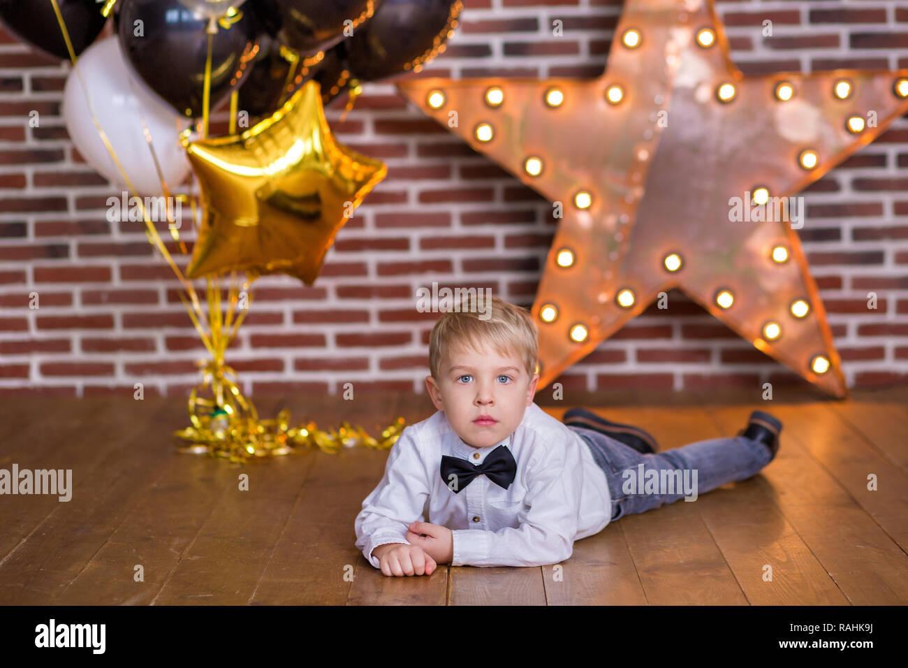 Bellissimi Bambini Ragazzi Piccoli Festeggia Il Compleanno E