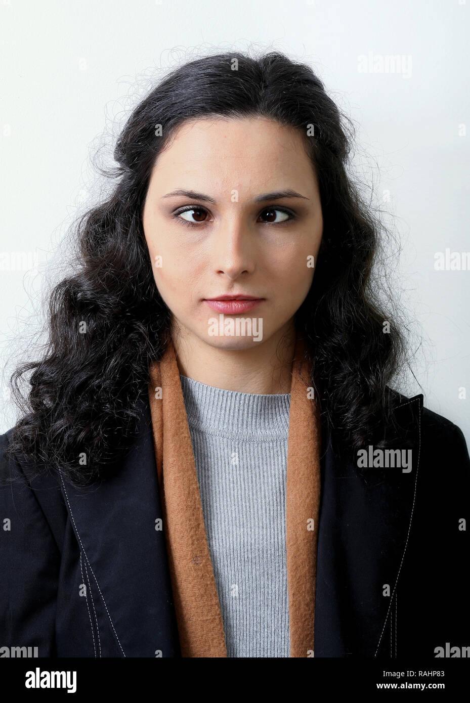 Ritratto di giovane donna con gli OCCHI INCROCIATI Immagini Stock