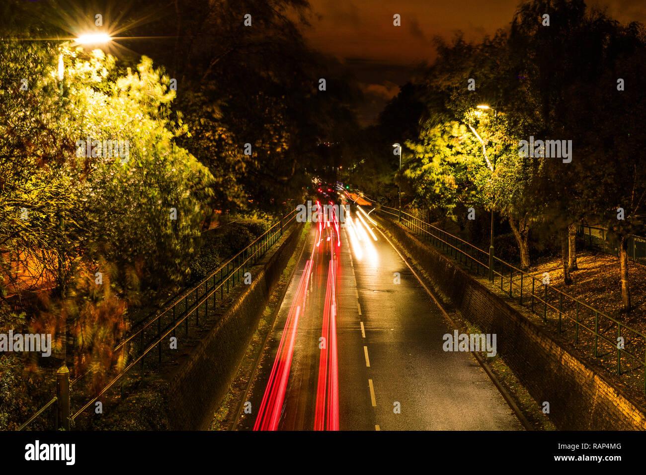 LED luci di strada e auto LED luci di testa la produzione intenso bagliore, di riflessione e di disturbo visivo sull'autostrada di notte Immagini Stock