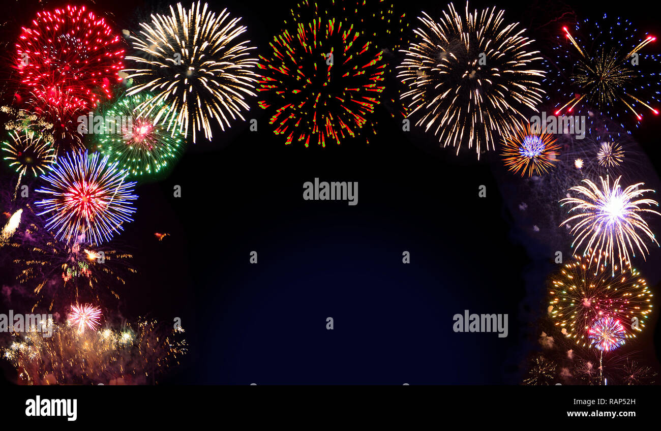 Fuochi d'artificio realistici di esplodere con le nuvole di fumo nel cielo di notte - luminoso scintillante festosa di sfondo o cornice con spazio per il testo Immagini Stock