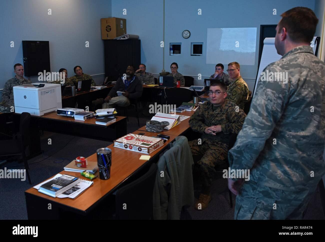 I militari USA e membri civili di partecipare ad uno dei quattro la pianificazione operativa squadre (OPT) durante la missione disponibilità Esercizio (MRX) 19-2, Dic 11, 2018, Shaw Air Force Base, S.C. Il ruolo dell'OPT è di dirigere gli sforzi di pianificazione, compresa l'attuazione di piani e di ordini, come parte della pianificazione comune processo durante l'esercizio. MRX 19-2 è un operativa iniziale evento certificazione progettato per dimostrare la nona Air Force la capacità di pianificare efficacemente, preparare, eseguire e valutare la Combined Joint Task Force operazioni a livello operativo della guerra come incaricato dalla Air Force Chief di Immagini Stock
