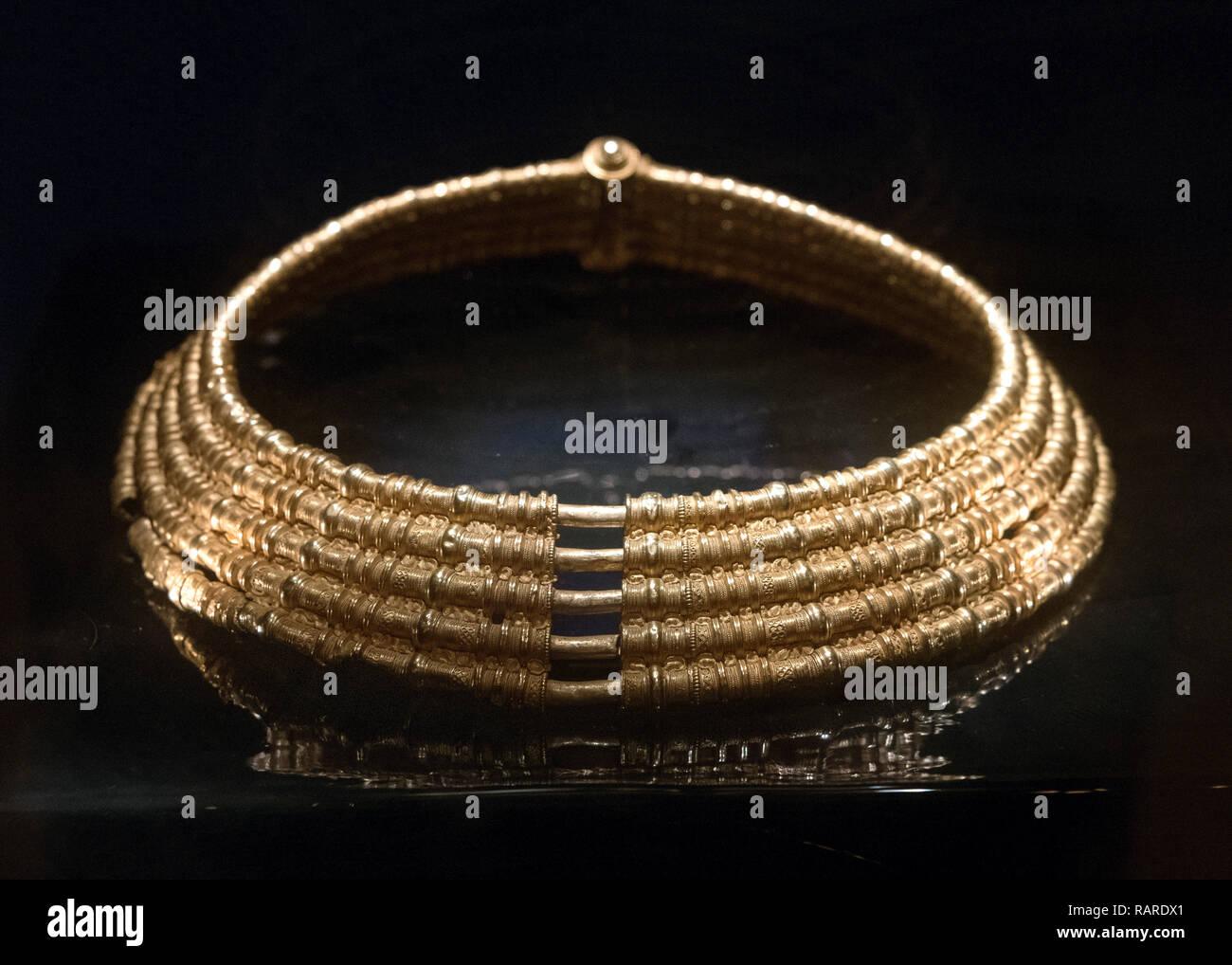 Quinto o Sesto secolo D.C. (400-550) Collare d'oro da Färjestaden (Öland), Svedese History Museum (Historiska museet), Stoccolma, Svezia Immagini Stock