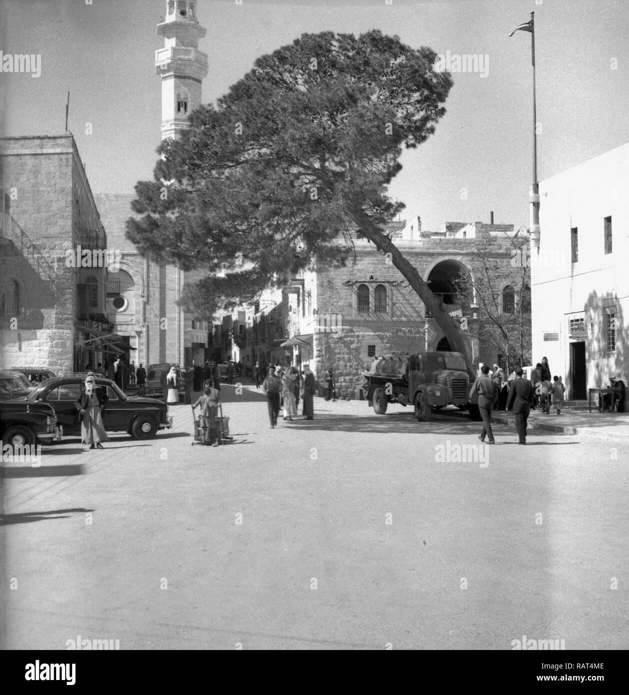 1940s, ingresso al innner area della città palestinese di Betlemme, la biblica il luogo di nascita di Gesù Cristo. La città era un mandato britannico dal 1920-1948 e quando questa foto è stata scattata, e quindi una parte del Giordano fino a sei giorni di guerra nel 1967, quando è stato catturato da Israele. Nel 1995 divenne sotto il controllo dell'Autorità Nazionale Palestinese. Foto Stock
