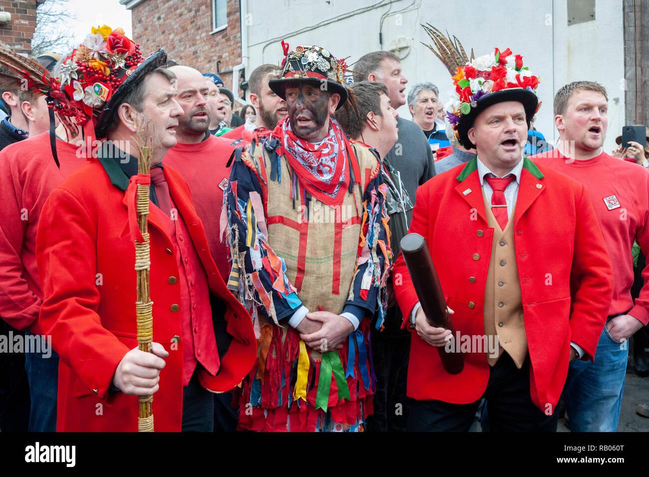Haxy, Lincolnshire, Regno Unito. Dal 5 gennaio 2019. Il villaggio di Haxy hanno messo in pratica la antica tradizione fin dal XIV secolo. Si è creduto per essere la più antica tradizione locale in Inghilterra. Noto come il cofano Haxy è più facilmente descritta come una sorta di partita di rugby, con un numero illimitato di partecipanti e alcune regole, come un tubo in pelle è hanno camminato lentamente la grande disorganizzata rugby scrum a uno dei quattro pub locale, dove rimane fino a quando i seguenti anni di gioco. Credito: Matt arto OBE/Alamy Live News Immagini Stock