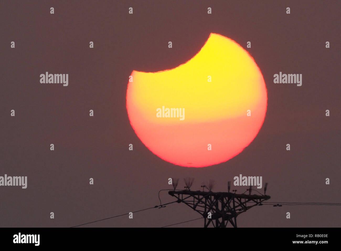 Pechino, Cina. Il 6 gennaio, 2019. Una parziale eclissi solare viene osservato come la luna passa davanti al sole in Pechino, capitale della Cina, Gennaio 6, 2019. Credito: Wang Junfeng/Xinhua/Alamy Live News Immagini Stock