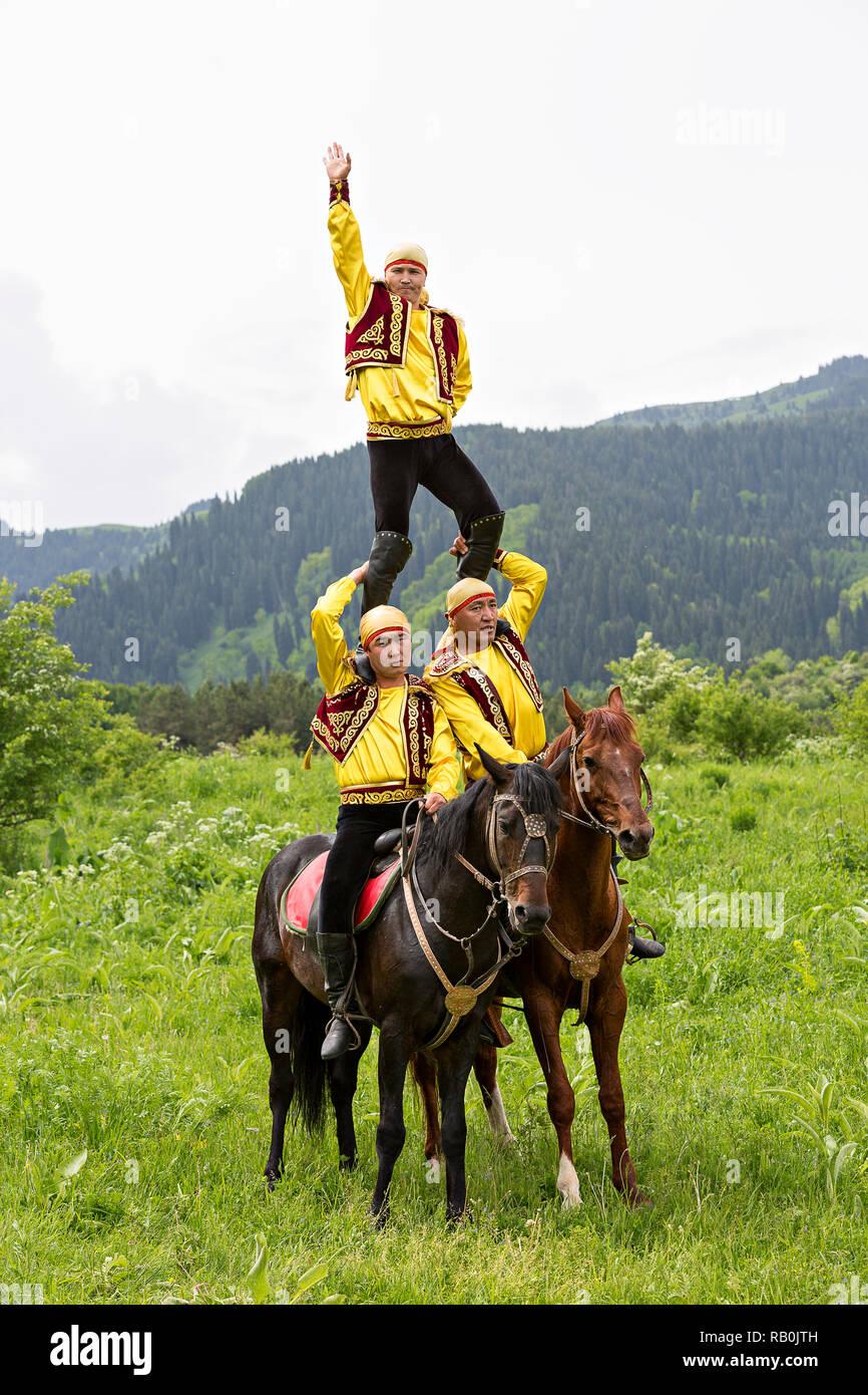 Il kazako cavalieri in costume nazionale a livello nazionale giochi folkloristiche, ad Almaty in Kazakistan. Foto Stock