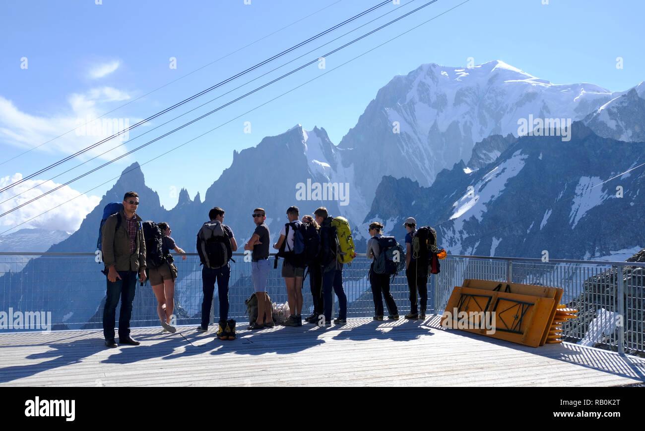 I Turisti Sulla Terrazza Panoramica Skyway Monte Bianco Sul