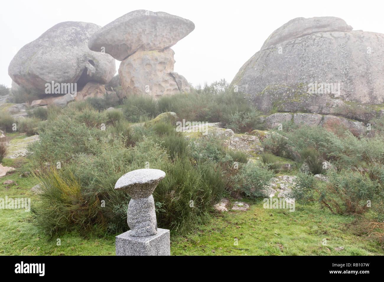 Il Fungo. La seta. Paesaggio con la nebbia in zona naturale dell'Barruecos. Extremadura. Spagna. Immagini Stock