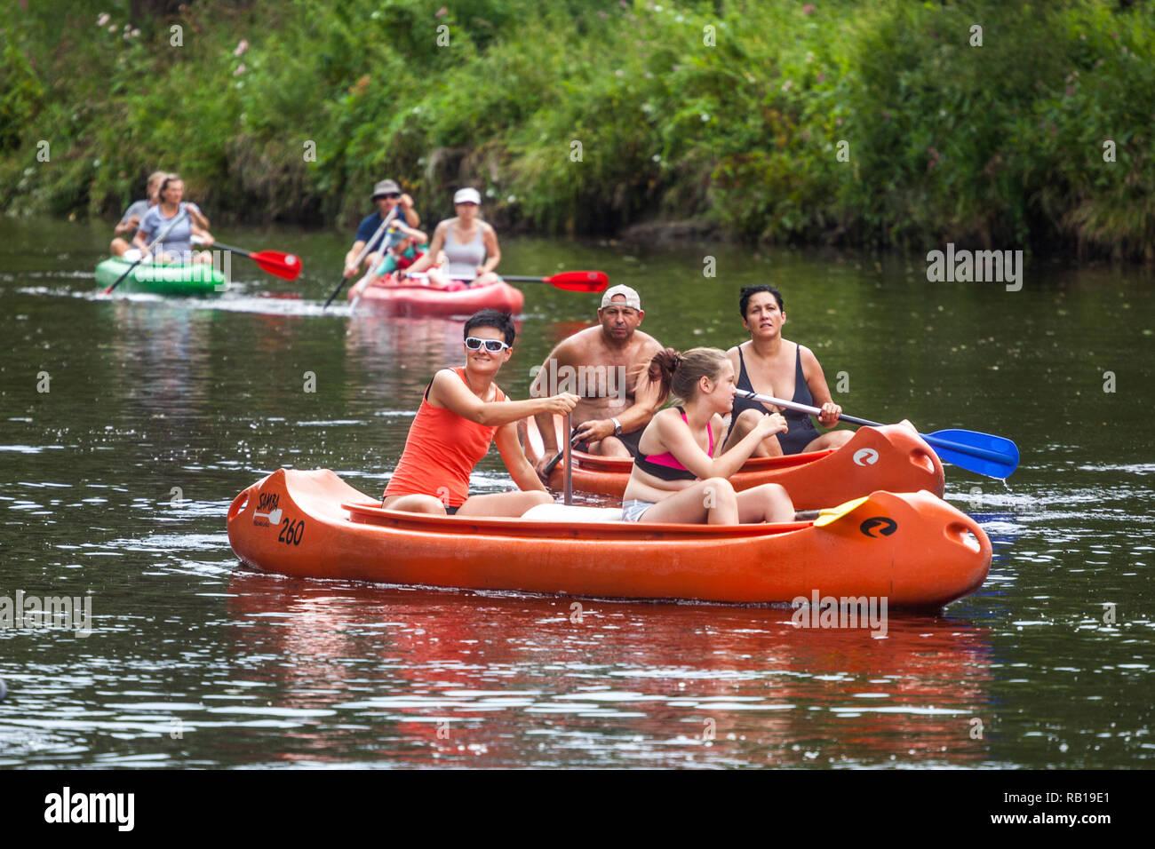 Le persone attive in canoa sul fiume estate avventura sul fiume, Repubblica Ceca Immagini Stock