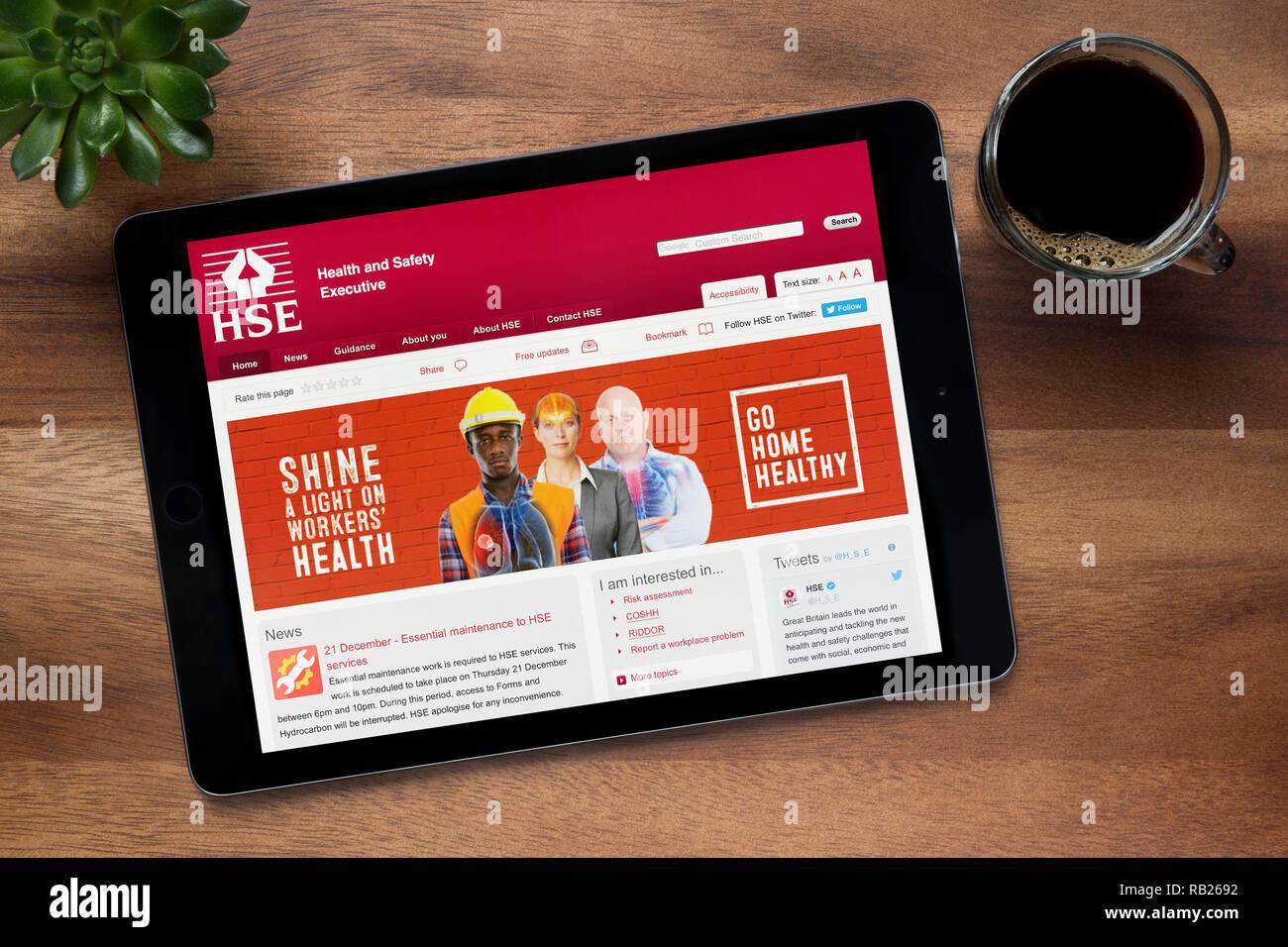 Il sito web di HSE (Comitato esecutivo per la salute e la sicurezza) è visto su un tablet iPad, su di un tavolo di legno (solo uso editoriale). Immagini Stock