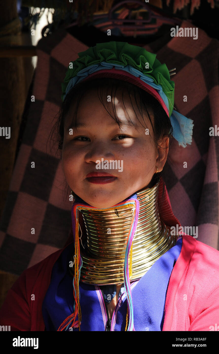 Giovane donna Kayan Lahwi con anelli di ottone distintivi, provincia di Chiang mai, Thailandia Foto Stock