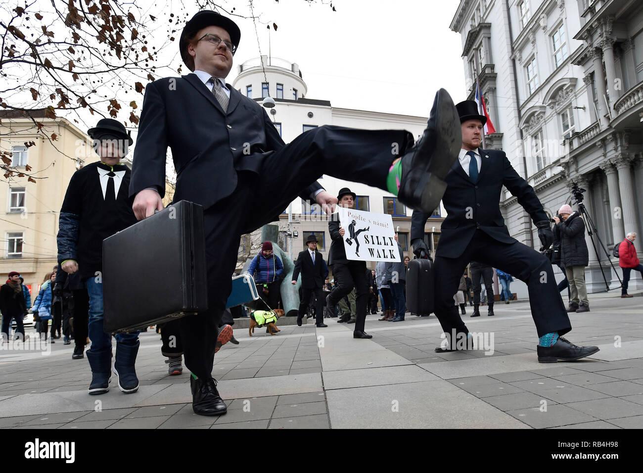 Brno, Repubblica Ceca. 07Th gen, 2019. I fan del gruppo britannico commedia Monty Python sono visibili durante il singolare marzo in occasione della International sciocco a piedi giorno di Brno, in Repubblica Ceca, 7 gennaio 2019. Credito: Vaclav Salek/CTK foto/Alamy Live News Immagini Stock