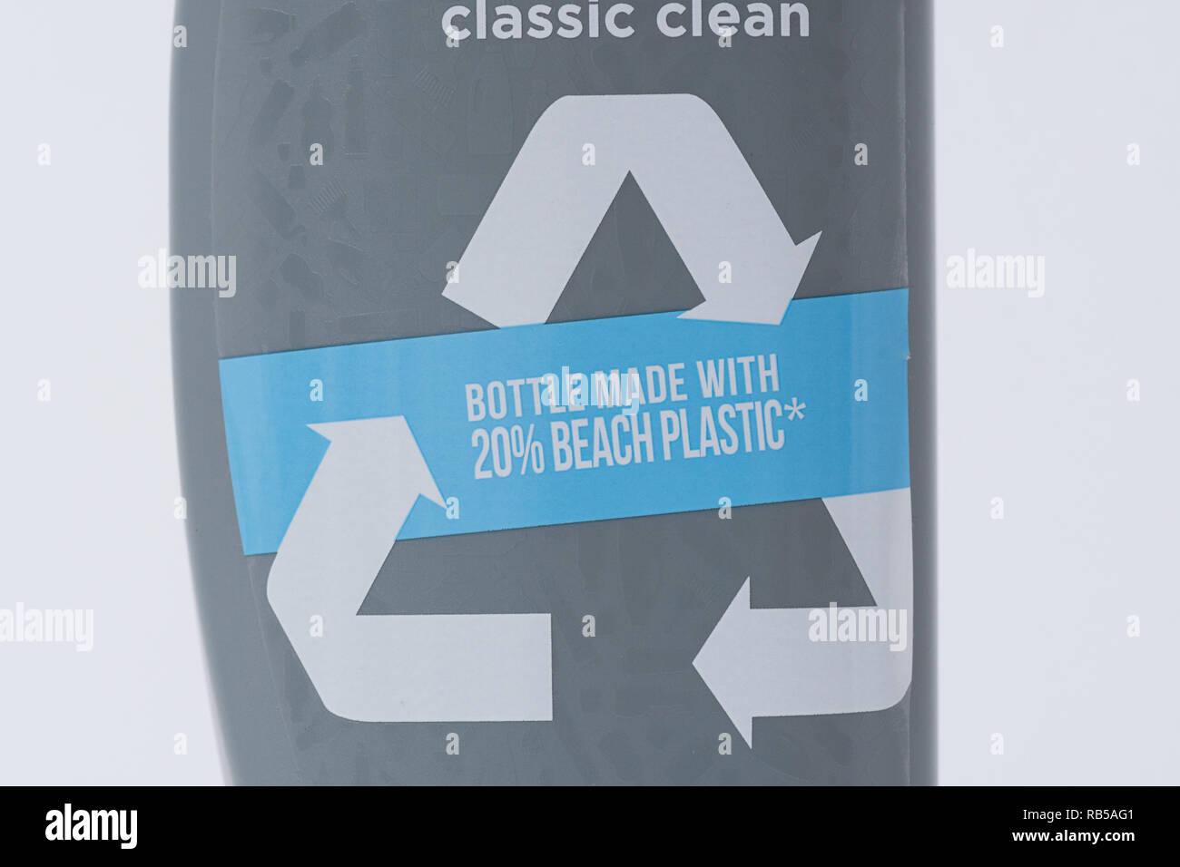 Testa e spalle bottiglia di shampoo realizzato da 20% riciclato in plastica sulla spiaggia Immagini Stock