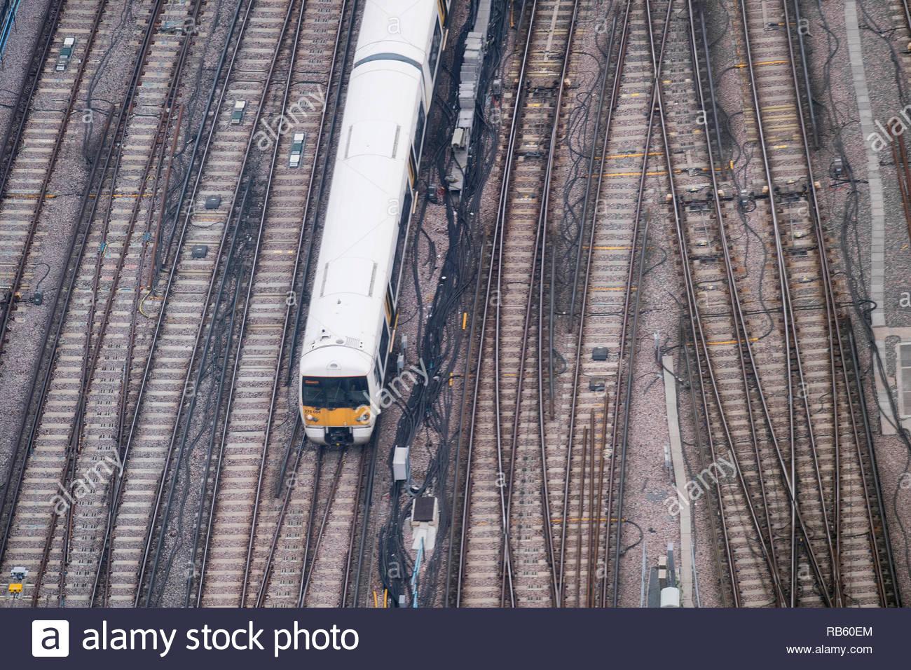 File foto datata 03/07/17 di un treno entrando in stazione di London Bridge. Ritardi dei treni potrebbe essere una cosa del passato grazie a un nuovo sistema che è in grado di prevedere i problemi con la pista e segnali. Immagini Stock