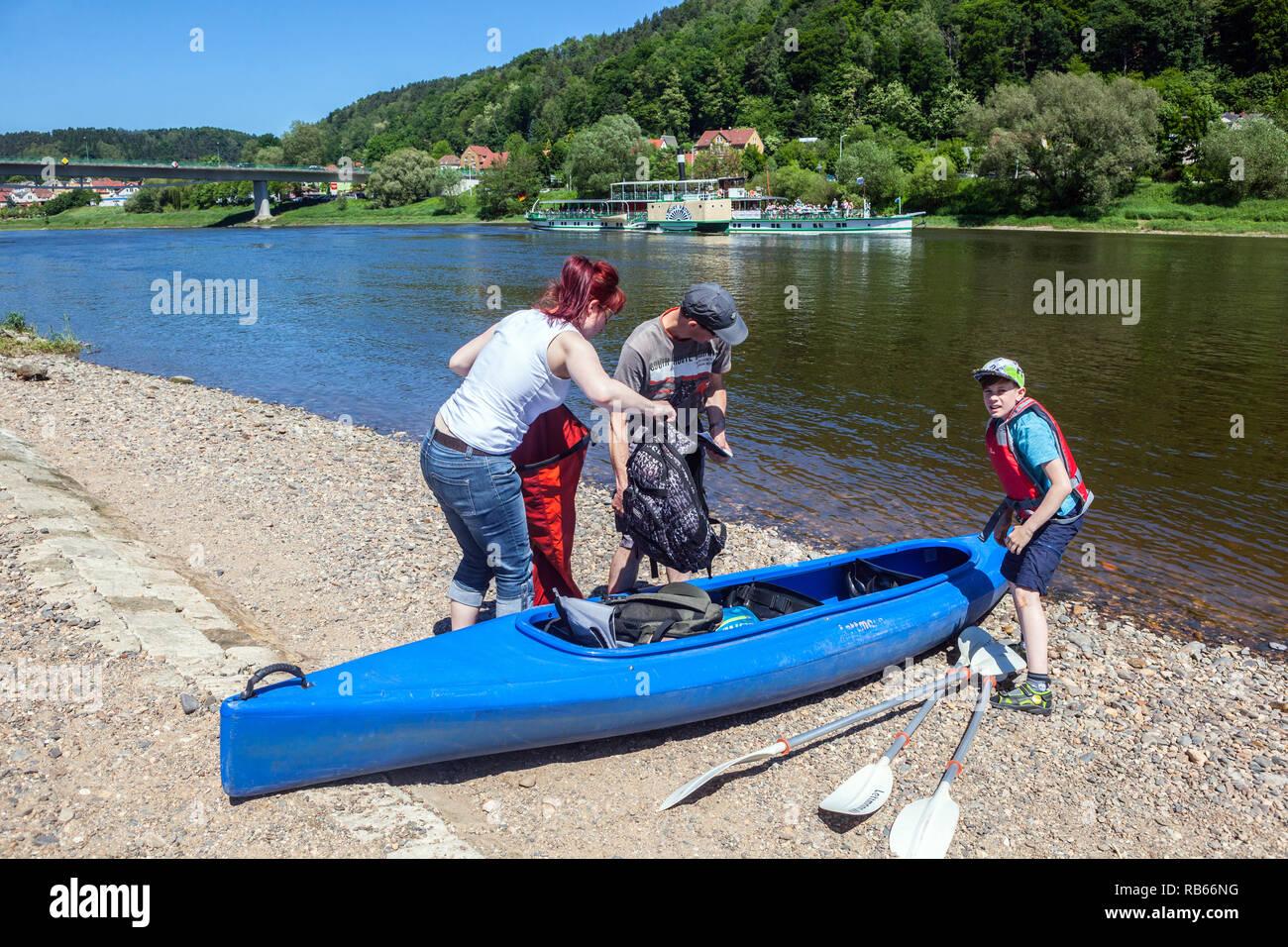 Le persone attive, famiglia canoa fiume Elba vicino a Bad Schandau, Sassonia Germania Immagini Stock