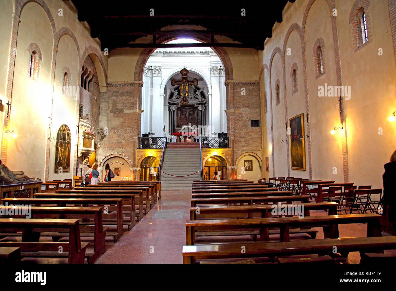 L interno della basilica medioevale di Santo Stefano in Bologna. Immagini Stock