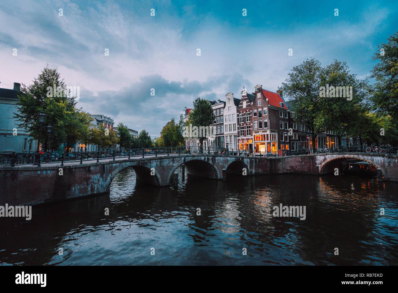Ponte sul Keizersgracht imperatore del canale in Amsterdam, scena olandese al crepuscolo, Paesi Bassi Foto Stock