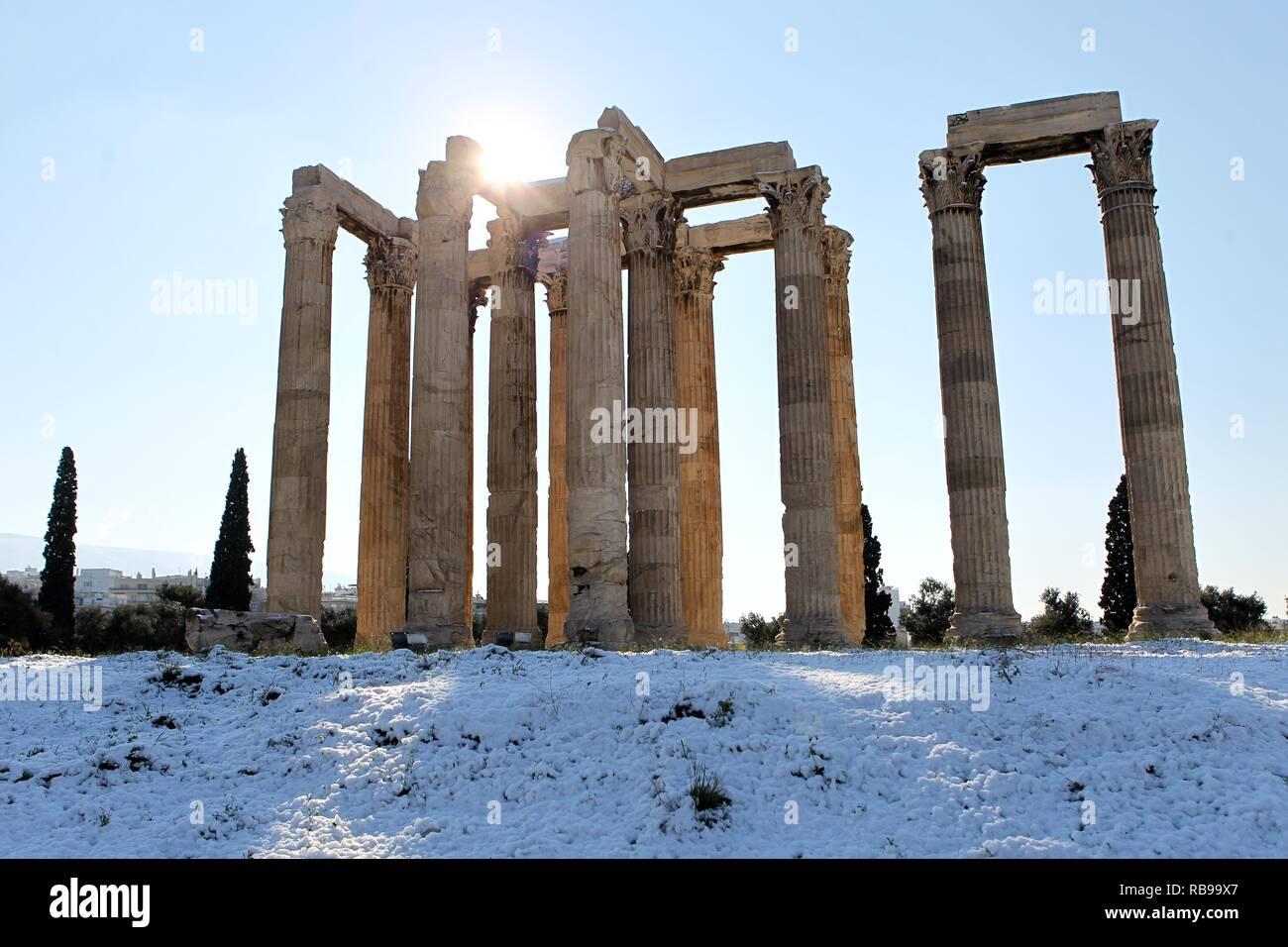 Atene, Grecia. Gen 8, 2019. L'antico Tempio di Zeus Olimpio, dopo una nevicata in Atene, martedì. (Credito Immagine: © Aristidis VafeiadakisZUMA filo) Credito: ZUMA Press, Inc./Alamy Live News Immagini Stock