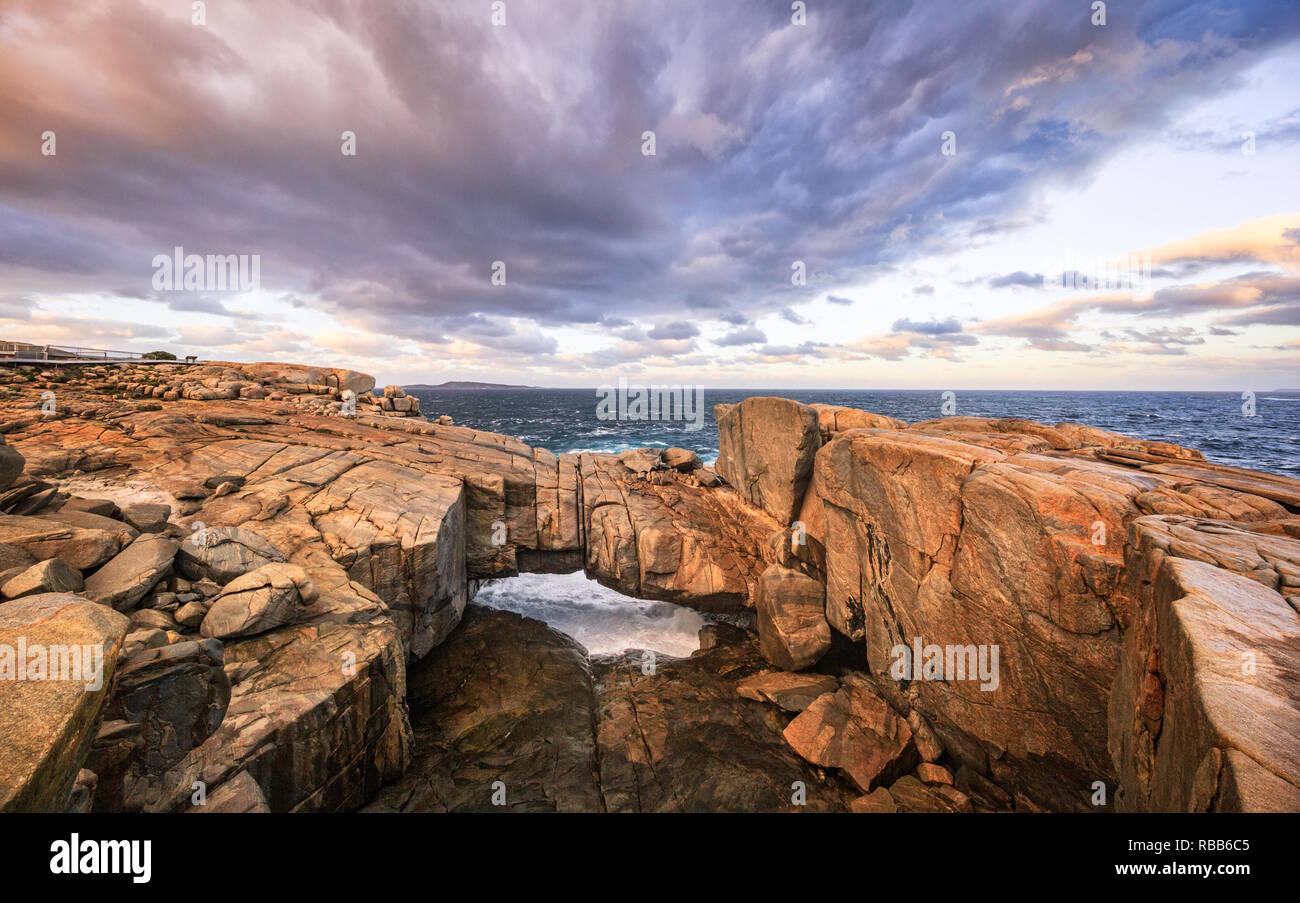 Il Ponte naturale di roccia di granito formazione causato da onda costiera erosione. Torndirrup National Park. Albany,l'Australia Occidentale Immagini Stock