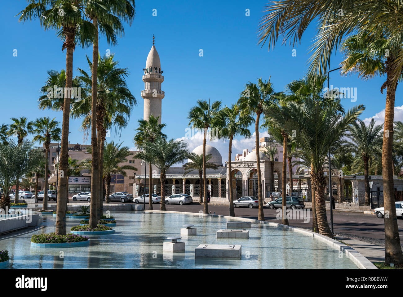 La principessa Haya Kreisverkehr mit Brunnen und die Abu Dawood Moschee in Akaba, Jordanien, Asien   Princess Haya cerchio fontana e Abu Dawood moschea Immagini Stock