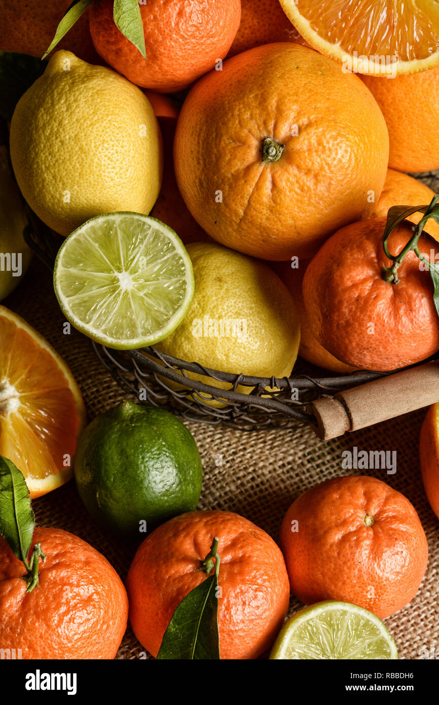 Heap assortiti di agrumi, frutta ricca di vitamina C e antiossidanti - primo piano Immagini Stock