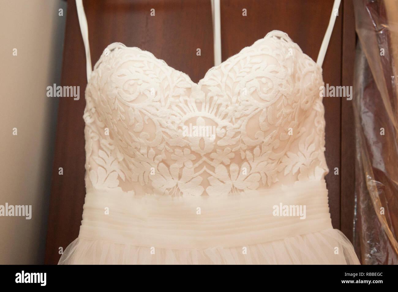 0de96fbcd60c Chiudere fino a un bianco abito da sposa di riagganciare pronto per essere  indossato su un