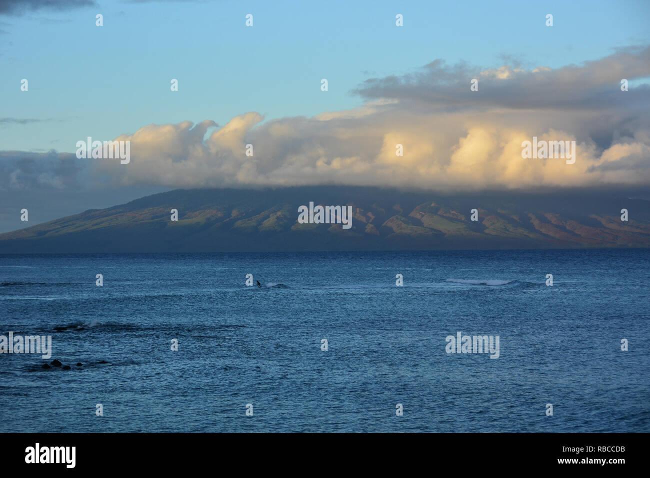 Kahana incantevole spiaggia di Maui, Hawaii. Situato tra Kaanapali e Kapalua sulla costa nordoccidentale. Ottima vista di Molokai attraverso l'acqua Foto Stock